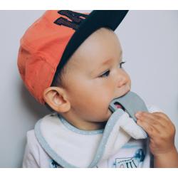 Lullalove śliniak + kauczukowy gryzak supeRRO baby hevea różowy